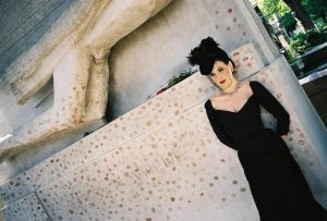 Dita Von Teese La tombe d'Oscar Wilde